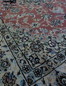 فرش متر و نیم دستباف نایین، لچک ترنج زمینه پیازی