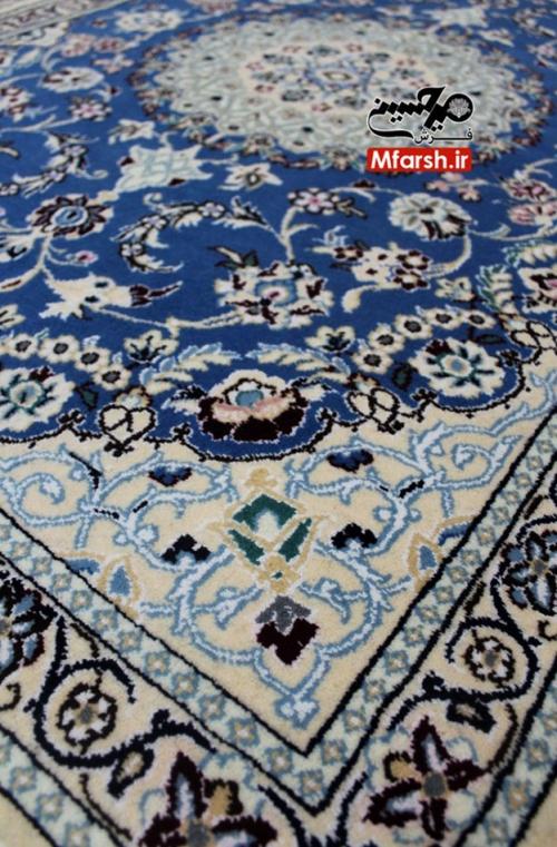 فرش پشتی دستباف لچک ترنج نایین 9 لا 9 لا، 550 خفت اندازه: سایز 130 در 90 سانتی متر رنگ زمینه: کرم رنگبندی: دارد کیفیت رنگ: ثابت جنس پرز: پشم و ابریشم جنس چله: نخ