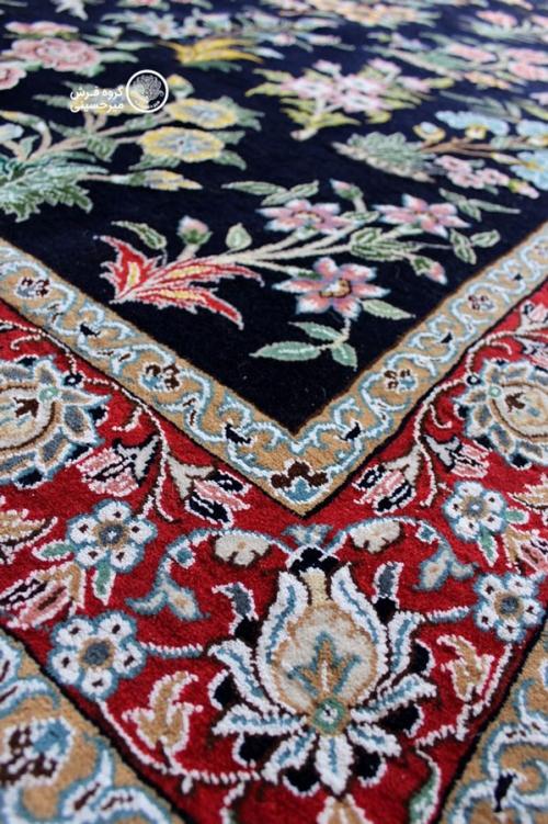 قالیچه سی گل دستباف نایین چهار متری زمینه سرمه ای 9لا بافت فرش