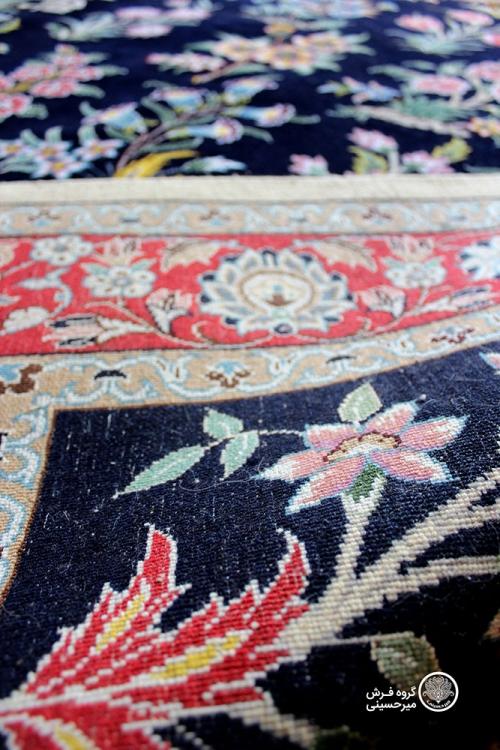 قالیچه سی گل دستباف نایین چهار متری زمینه سرمه ای 9لا بافت پشت فرش